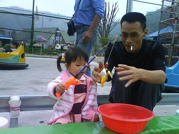 小辣椒和爸比釣魚