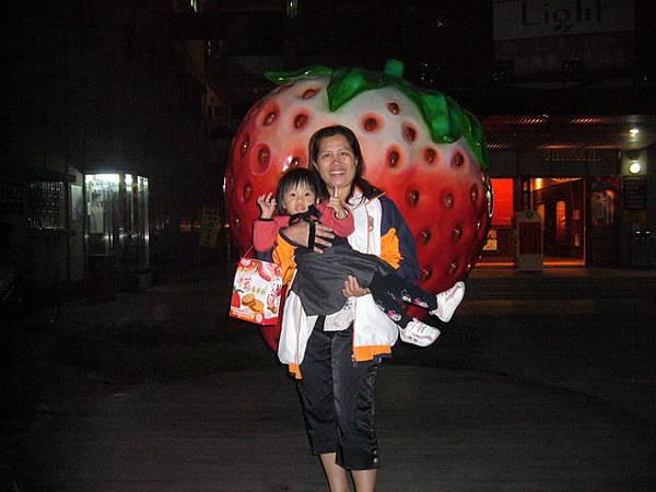 小辣椒和外婆在大草莓前合照