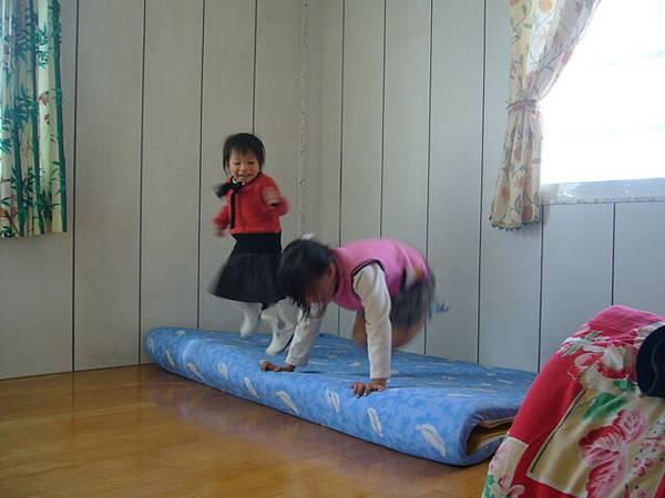 小辣椒和燕燕姐姐玩
