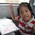 Jolie在火車上畫畫