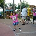 小辣椒開心的在廣場跳舞