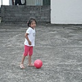 Jolie在後院踼球