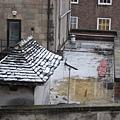 20070209 房間窗外屋頂的一點點積雪