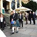 這天是畢業典禮  這人還穿蘇格蘭傳統服飾ㄟ