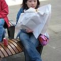 吃個雞肉堡  給那麼大張紙包是怎樣