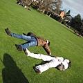 好綠的草地喔  這兩個人成大字型也太爽了