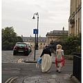 兩個穿英國古裝的女人