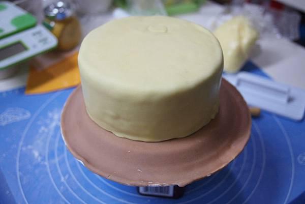 蛋糕用翻糖包好 沒有包的很漂亮  不過沒關係啦  :P