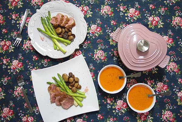 母親節大餐 乾煎鴨胸 噴水蘑菇 煎蘆筍 配上番茄濃湯