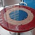 滿是糖果的桌子