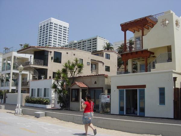 沙灘邊也有很多正房子喔