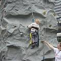 努力攀岩的小朋友