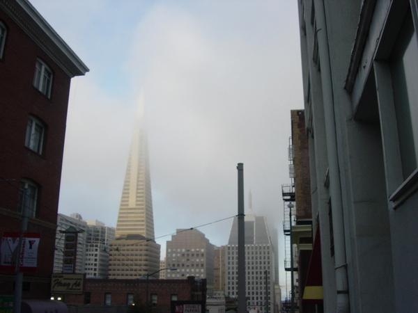 舊金山是ㄧ個雲霧飄渺的城市,很適合拍鬼片