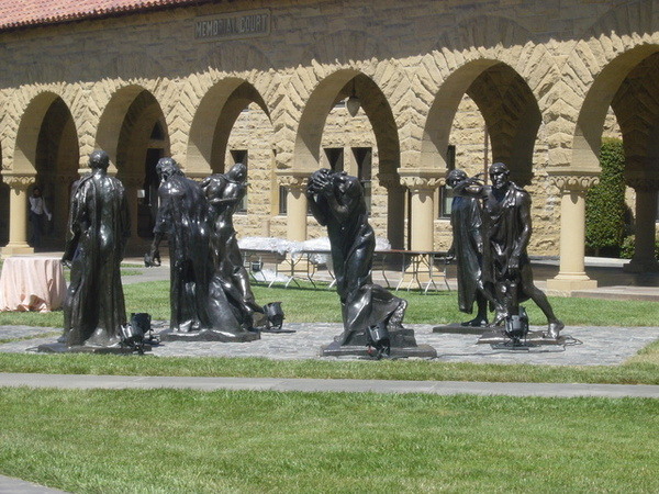 學校有好多好多雕塑品喔