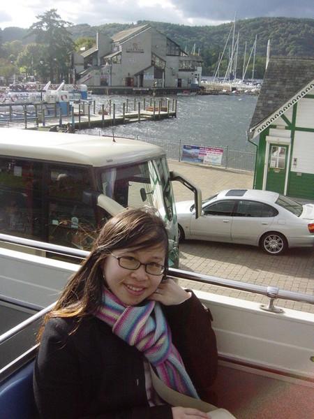 搭乘觀光巴士是遊湖區最好的方式啦