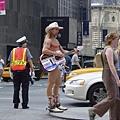 時代廣場的裸體牛仔