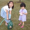 照顧花園的Vivian和Nana
