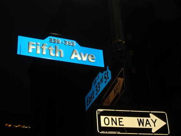 第五大道的路牌