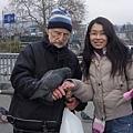 美伶和餵鴿子的爺爺