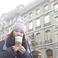 天氣冷,喝杯咖啡暖暖手