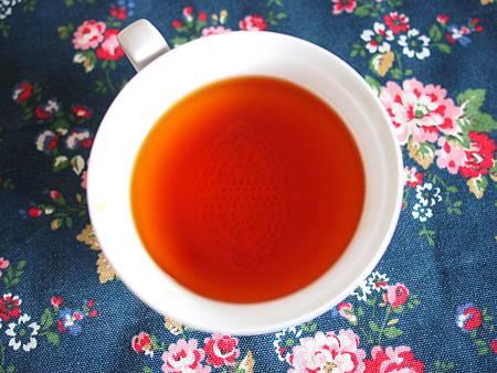 """ㄜ 我也想優雅的有蕾絲糖浮在茶上面 可是他沉了啊 ><"""""""