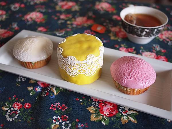 黃色這是用蕾絲糖放上黃色的翻糖 效果跟白色跟紫色的直接壓紋不一樣勒