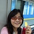我手上的黃色紙張就是地鐵車票