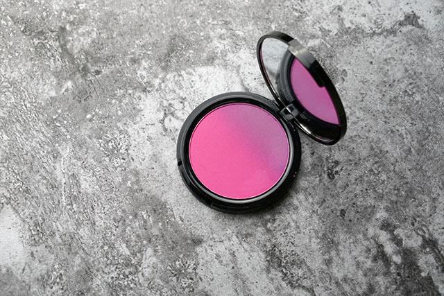NYX漸層腮紅雙色腮紅08 紫色偏光打亮lavender steel 04.JPG