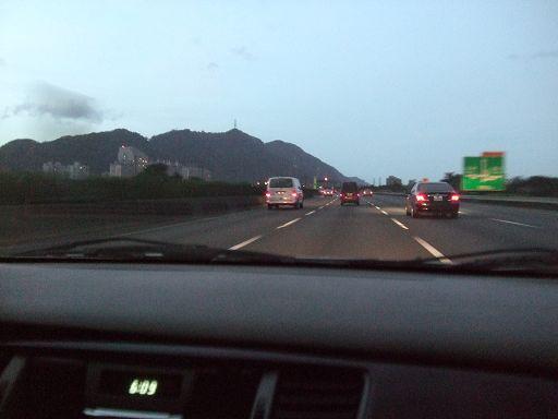 車上標示時間為凌晨6:09,我們正開車往機場出發
