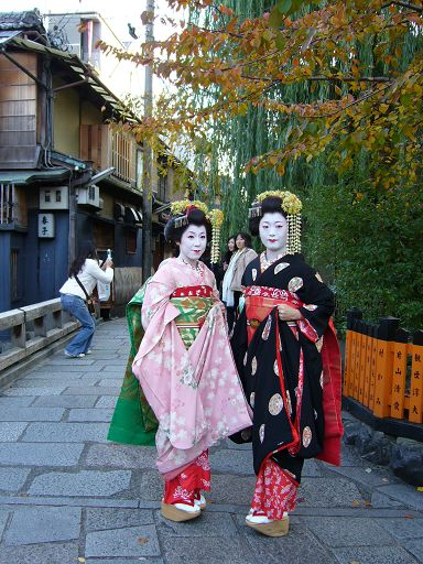 遊客巧扮的藝伎,引起大家爭相拍照