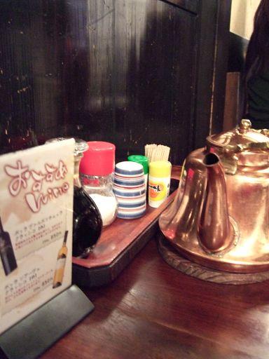調味用品和亮晶晶的茶壺