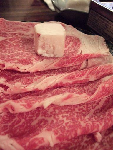壽喜燒的牛肉片,上面那塊是牛油