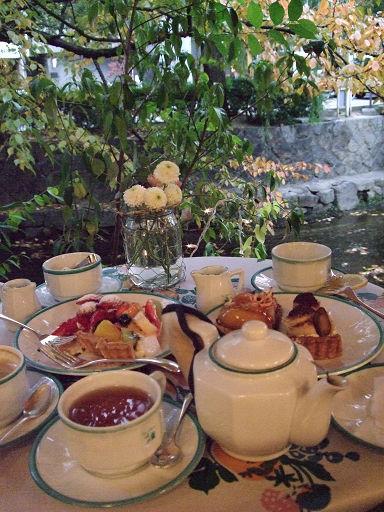 被食物擠得滿滿的桌子......幸福ㄋㄟ......*O*