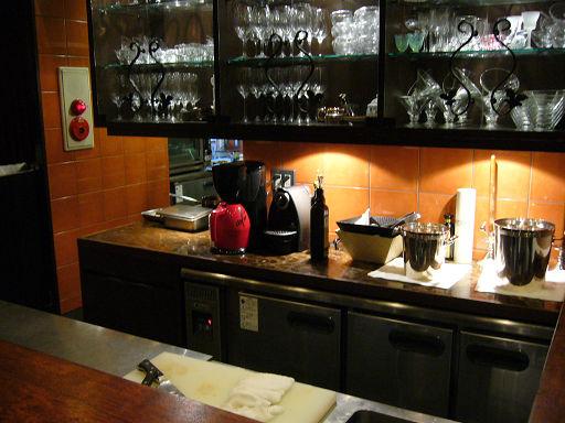 就在吧台前的料理處