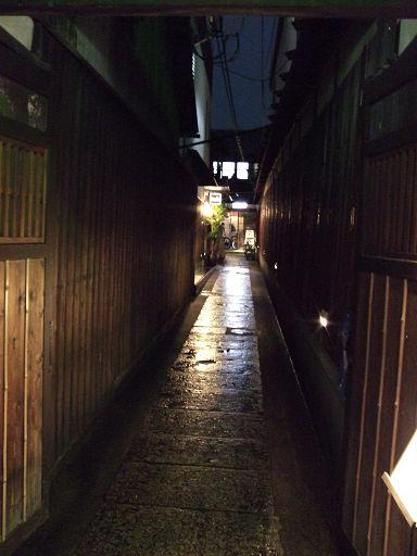 餐廳就在木屋町上的一條小小橫巷裡......招牌真是夠低調的......@@