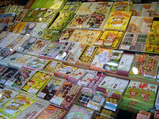 參道兩旁店家賣的商品→幾乎都是跟小鹿有關的零食