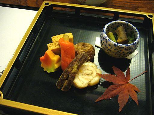 第一道上來的是「八寸」,擺盤裝飾十分有季節感,每一細項的食物處理都很用心