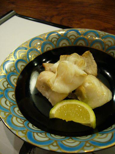 第二道是「造リ」,也就是生魚片,但這個我們不行,所以換成不知名魚類的燒烤