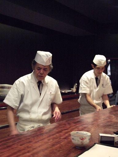 每一位廚師的動作都有如行雲流水,俐落得讓人嘆為觀止