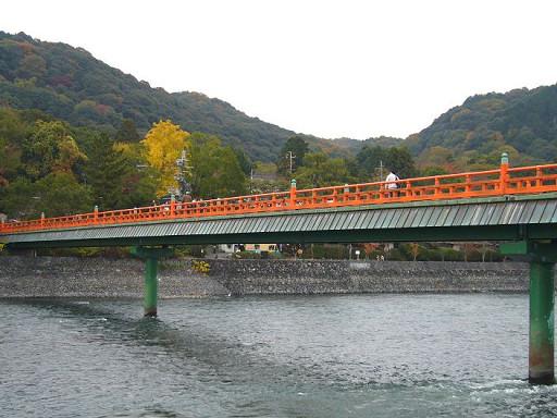 橫跨河面的朝霧橋,紅色的橋身非常顯眼