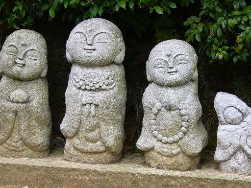 在天龍寺外牆邊拍的石刻小地藏,神韻十分清新可愛