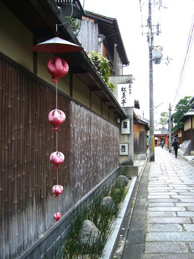 踩在東山靜謐的石疊小徑上,呼吸到的空氣,很京都