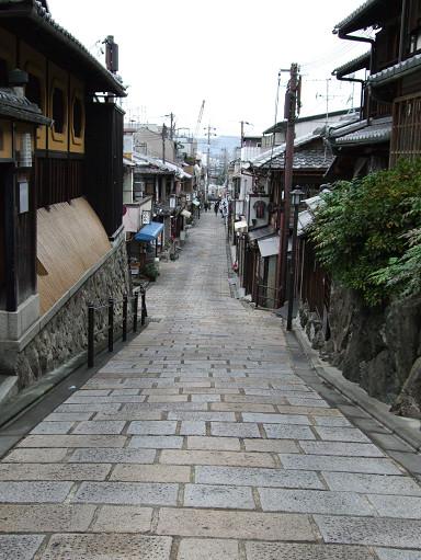 石坂路的兩旁都是住家和商家
