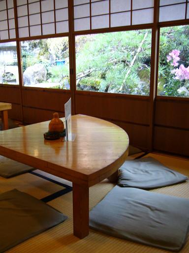 靠窗的座位,可以看到外面的庭園造景