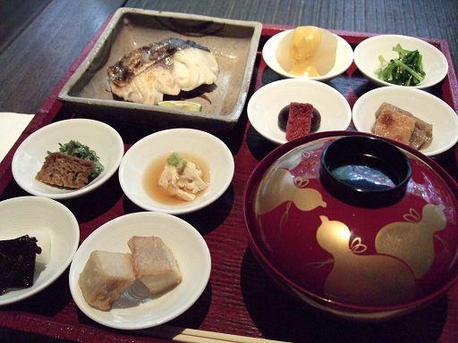先上來的是一個木製大托盤,裡頭裝有八小碟日式家常料理,和一塊肥美的烤魚,紅色漆碗裡是味道偏甜的白味噌