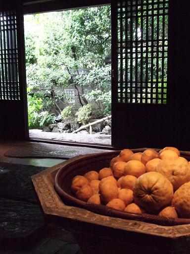 既然叫做柚子屋旅館,少不得也要以柚子為主角,進門處,便明擺著一大盆黃澄澄的柚子當裝飾