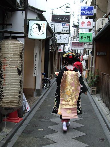 窄窄的石坂路兩旁都是極具特色的餐廳、酒吧或居酒屋