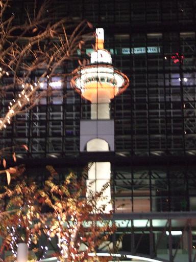 京都塔在玻璃圍幕上的美麗倒影