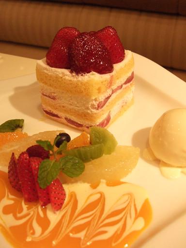 草莓蛋糕套餐(有加冰淇淋和漂亮的裝飾)