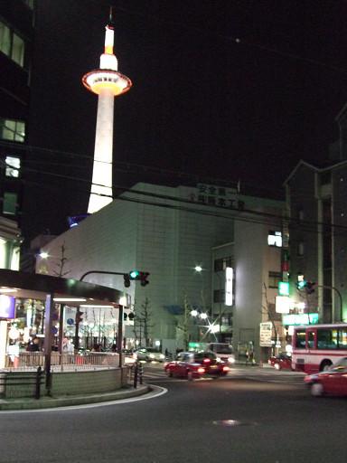 散步往京都車站(我的手肯定有問題,要不怎麼老把京都塔給拍歪呢?-_-)